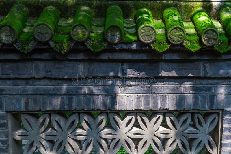 中国房檐在一个传统古老砖墙上铺磁砖 免版税库存图片