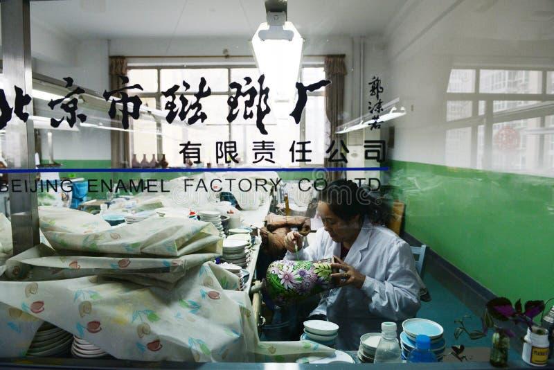 中国搪瓷handycraft工作者在工厂 库存图片