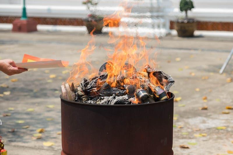 中国文化,燃烧的金纸为祈祷 库存照片