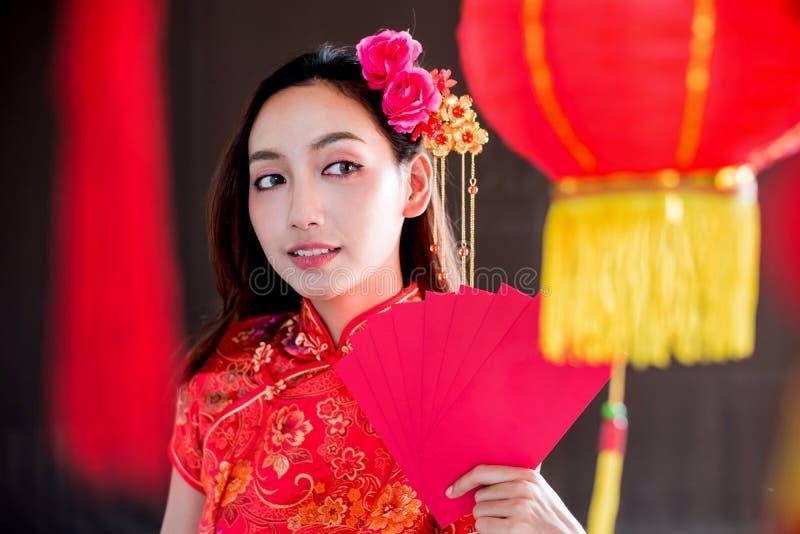 中国新年好 有信封的亚裔妇女 免版税库存照片