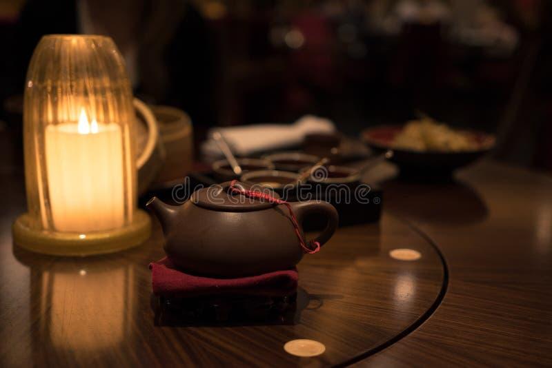 中国晚餐-茶壶和蜡烛 库存照片