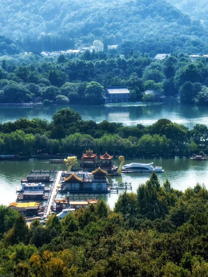 中国木休闲小船和龙船在西湖被停泊 免版税图库摄影