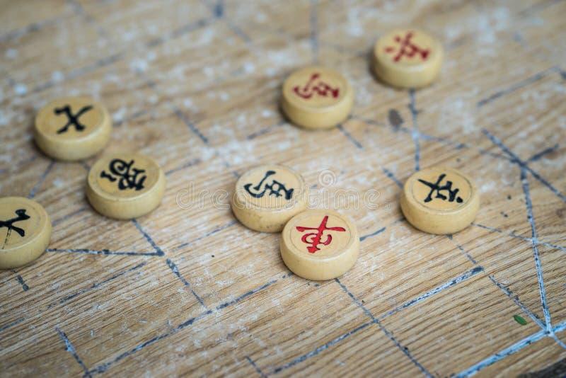 中国棋子由木头制成在棋枰 免版税图库摄影