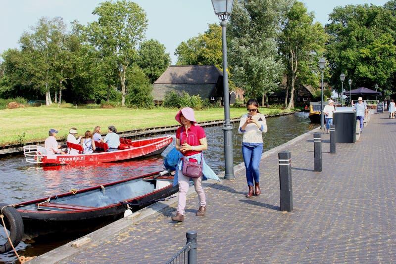 中国游人走的电小船运河,羊角村,荷兰 免版税图库摄影
