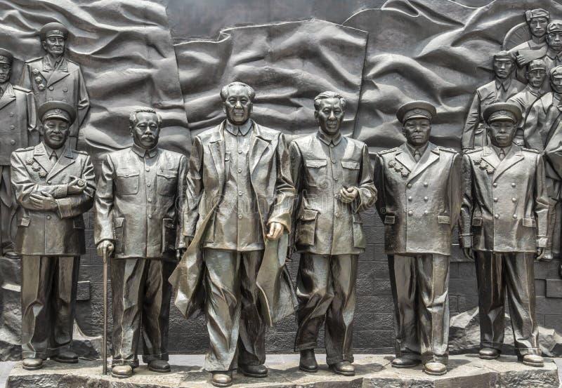 中国湖南长沙城市7月8日2017年:一个小组在庭院视图的中国领导雕塑 免版税库存照片