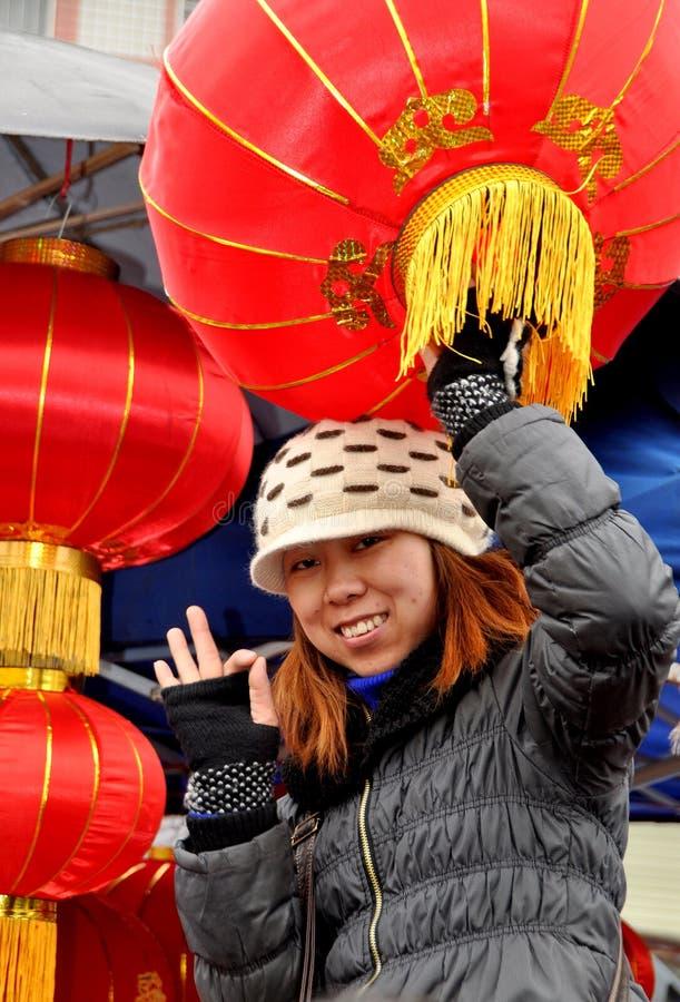 中国灯笼新的出售的妇女年 库存照片
