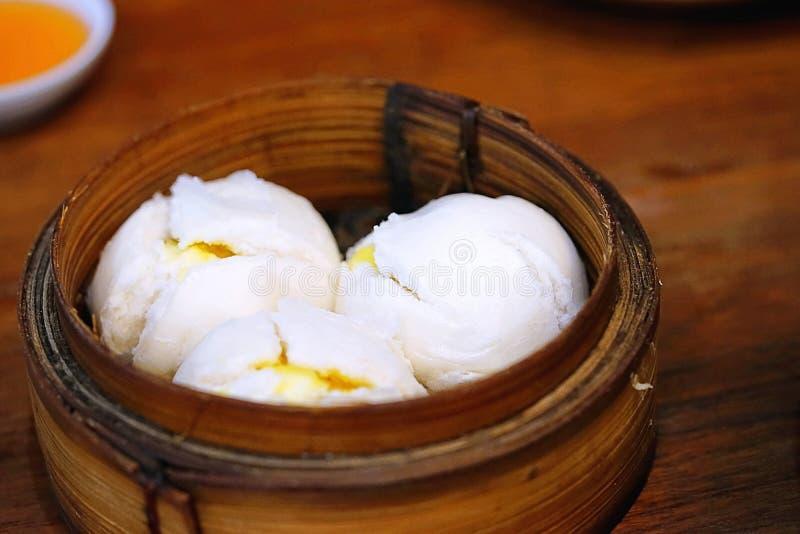 中国烹调、热和蒸汽的昏暗的sim或者蒸的中国饺子在火轮篮子被设置了 蒸的小圆面包 免版税库存图片