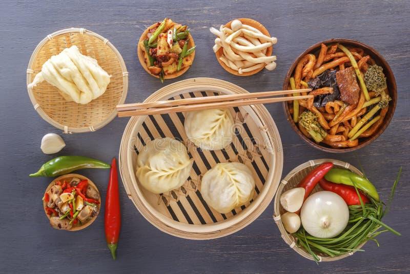 中国烹调粤式点心传统快餐-饺子,辣沙拉,菜,面条,蒸汽面包 库存照片