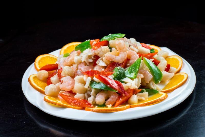 中国烹调 在铁锅的五颜六色的混乱油炸物 与蔬菜的虾 免版税库存图片