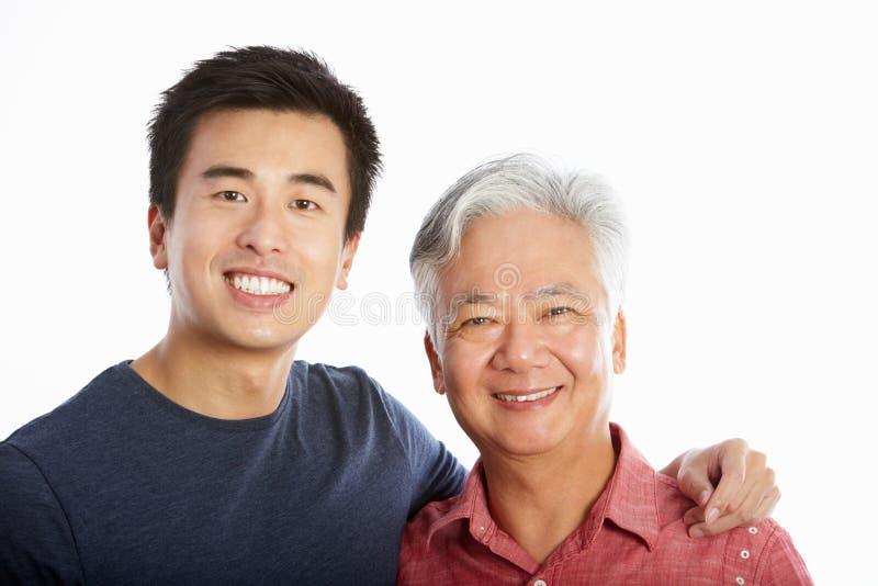 中国父亲工作室纵向有成人儿子的 免版税库存图片
