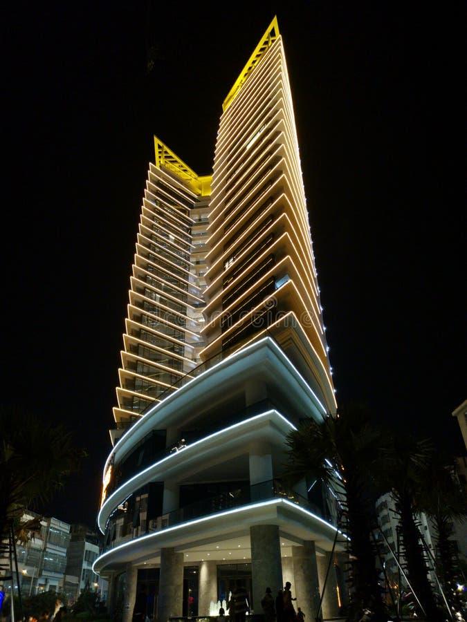 中国现代异常的建筑学楔形的锋利的POI特德大厦,被阐明的夜 免版税库存照片