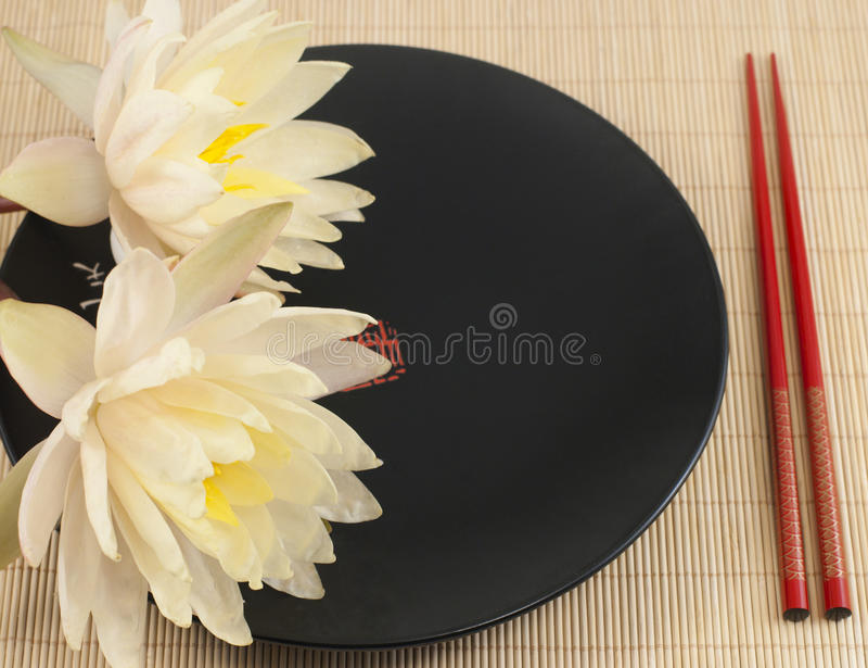 中国瓦器板材和waterlilies 免版税库存照片