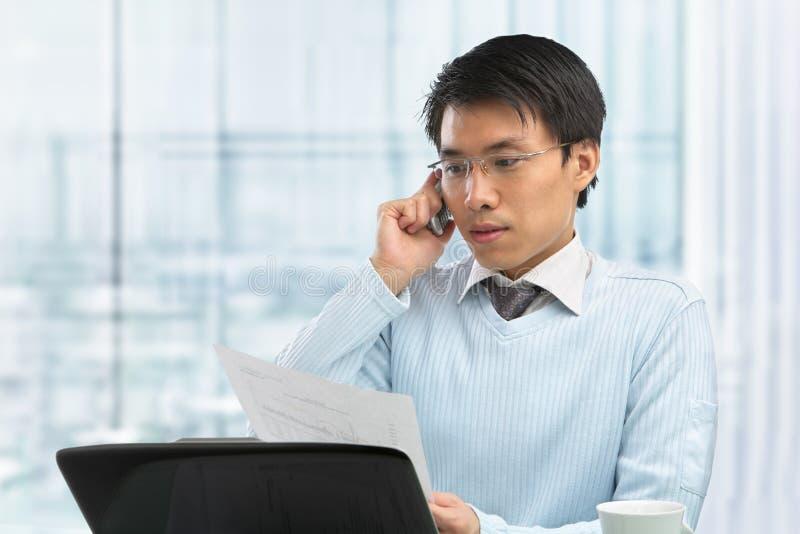 中国男性办公室运作的年轻人 免版税库存图片