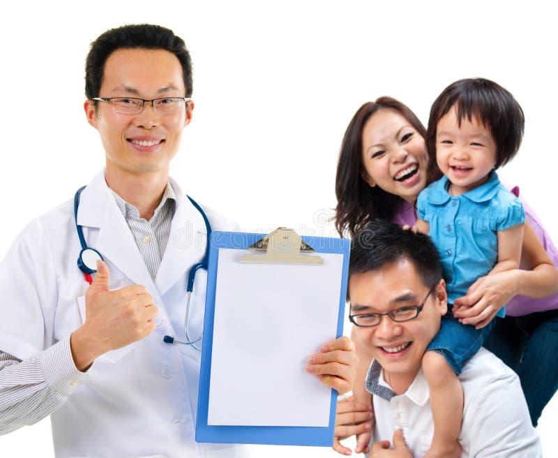 中国男性医生和年轻耐心家庭 免版税库存图片