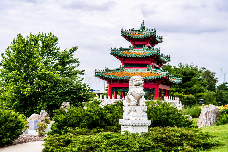 中国监护人狮子和日本塔禅宗从事园艺 库存图片