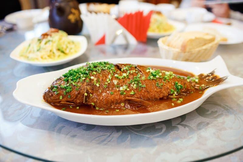 中国盘,被烘烤的鲤鱼用葱 亚洲烹调系列 库存照片