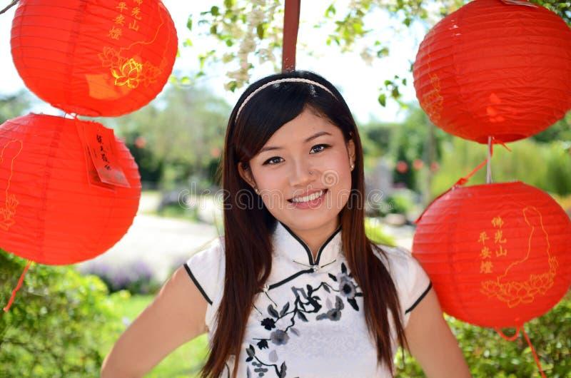中国纵向俏丽的妇女 免版税库存图片