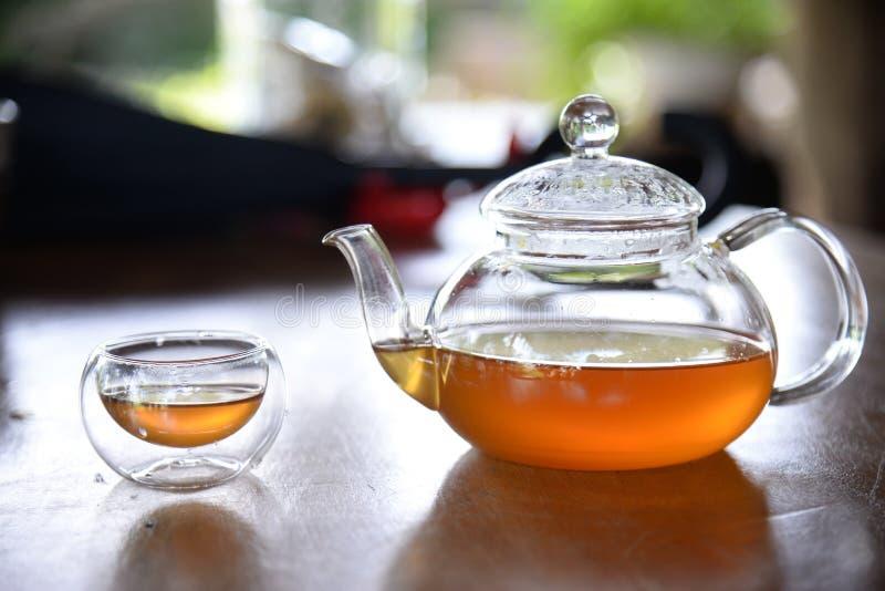 中国茶壶和茶杯在木桌上 E 库存照片