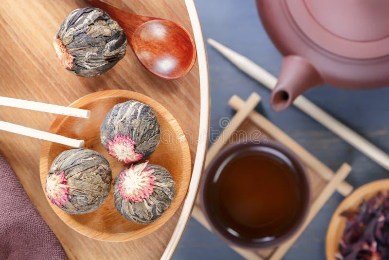 中国茶道、绿茶的几种类型,一个陶瓷茶壶和杯子的属性在一张灰色木桌上站立 免版税库存照片
