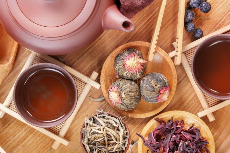 中国茶道的属性,绿茶,在一个木盘子的陶瓷茶壶的几种类型 托起小的茶 免版税库存照片