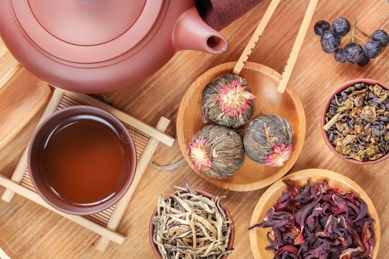 中国茶道的属性,绿茶,在一个木盘子的陶瓷茶壶的几种类型 图库摄影