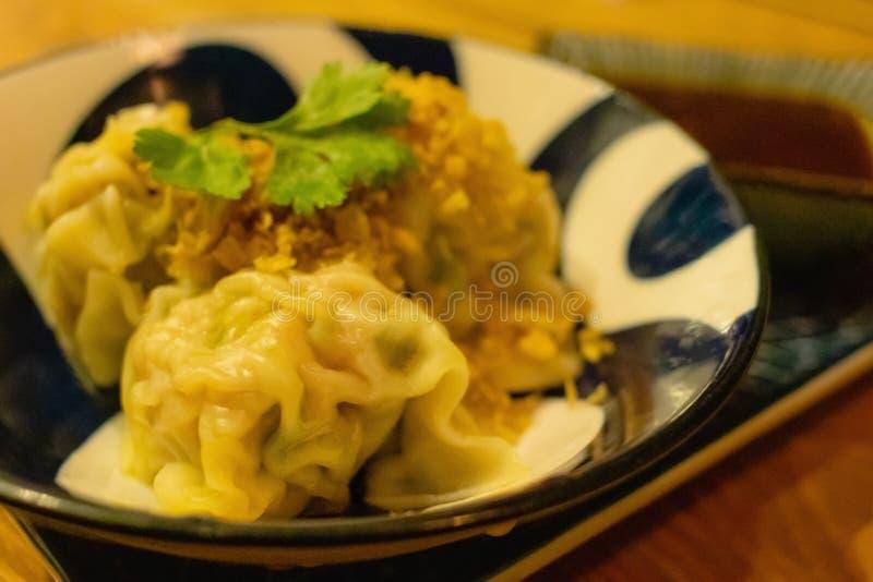 中国蒸的饺子用调味汁 库存照片