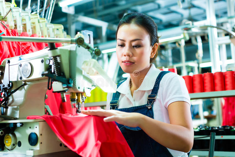 中国裁缝在纺织品工厂 免版税库存照片