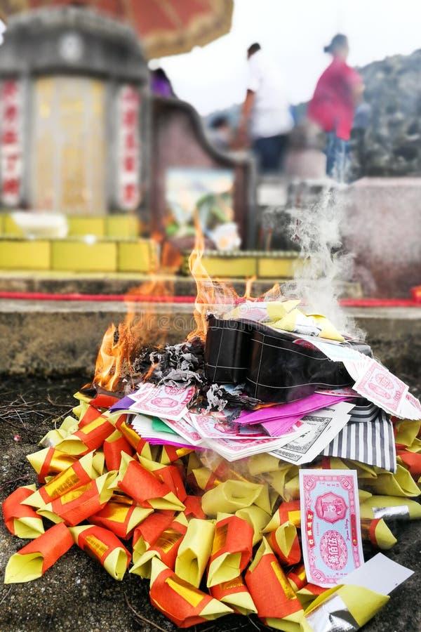 中国道教传统烧伤纸币和金子对祖先 免版税库存图片