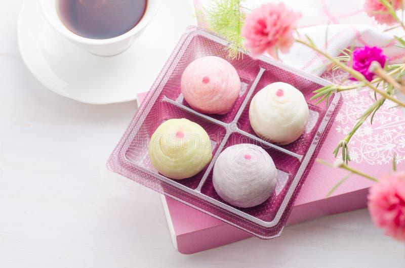 中国酥皮点心或月饼,与淡色的中国节日点心 库存图片