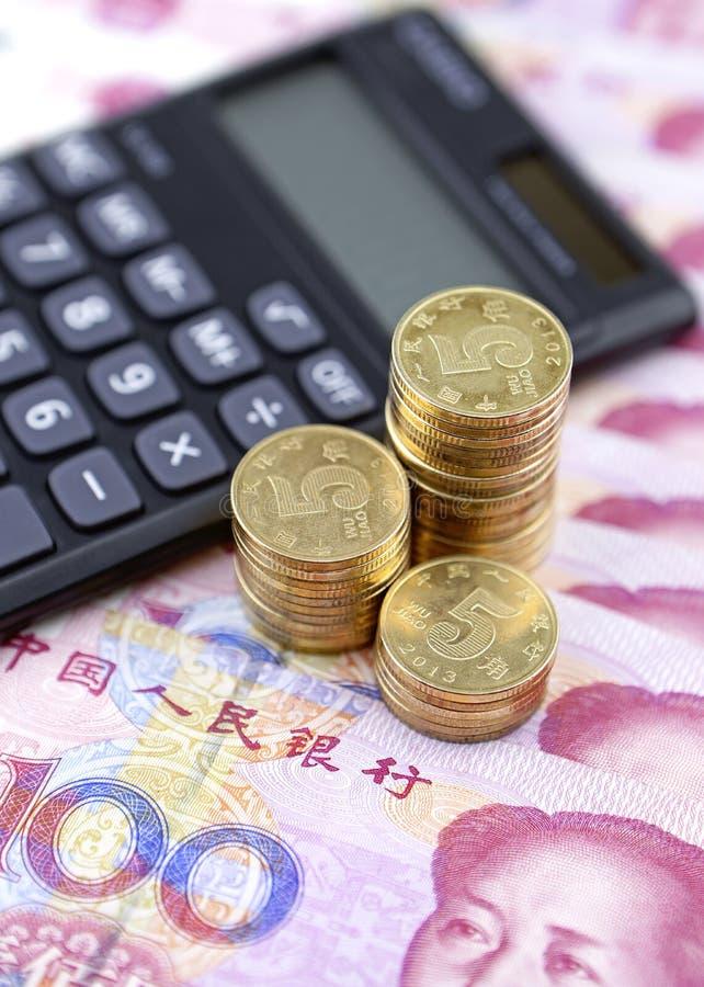 中国钞票、硬币和计算器 免版税图库摄影