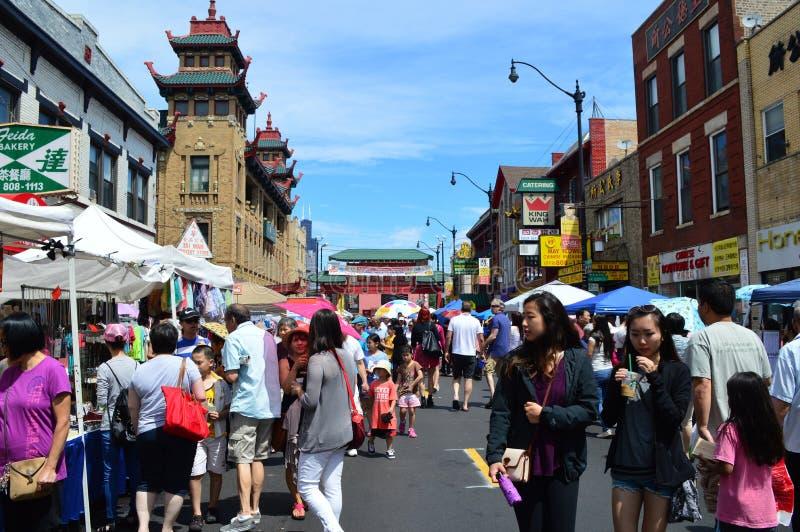 中国镇的许多游人在芝加哥伊利诺伊 免版税库存图片