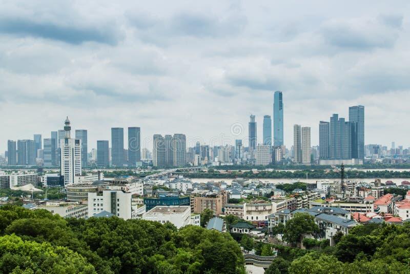中国长沙城市7月6日2017年:长沙都市风景从岳麓山上面的地平线视图 图库摄影