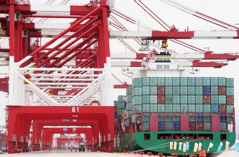 中国青岛端口集装箱码头 向量例证