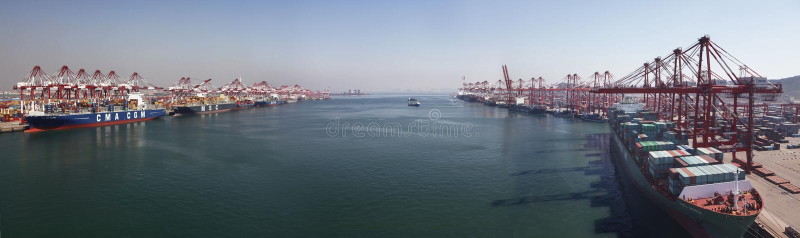 中国青岛端口集装箱码头 免版税库存照片