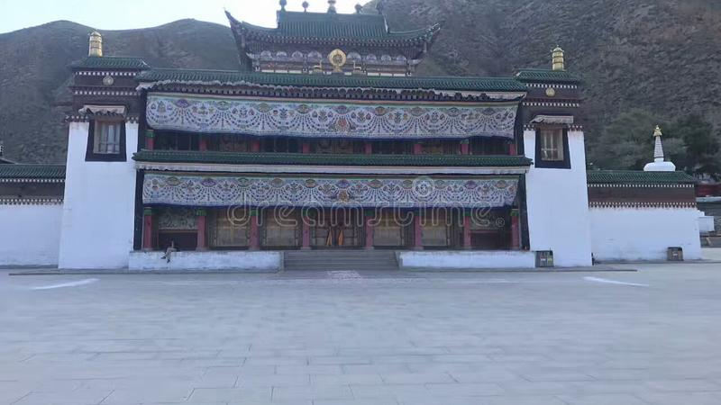 中国风格大厦在树围拢的山被修建 库存照片