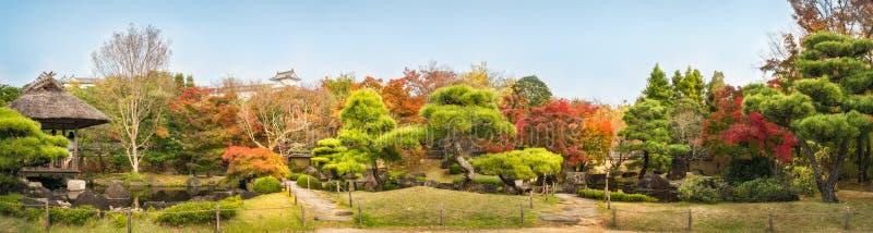 中国风格庭院全景在Koko en日本庭院的秋天在姬路,日本 图库摄影