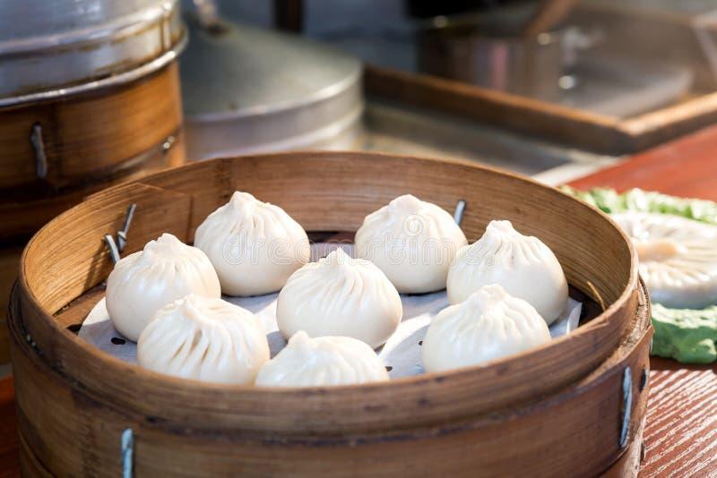 中国食物蒸在竹篮子的小圆面包在食物市场上 库存图片