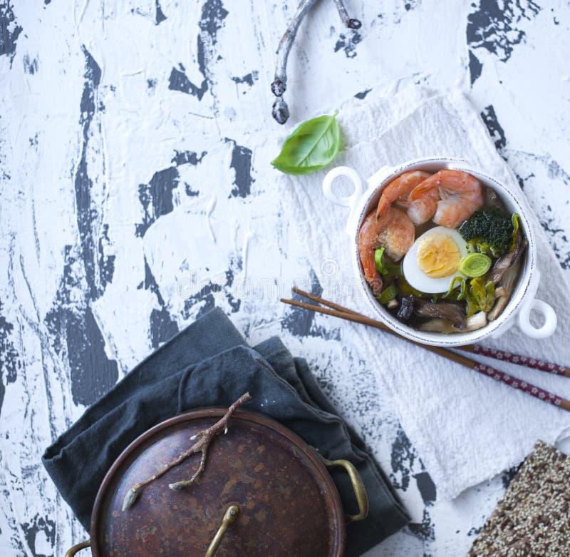 中国食物 晚餐是健康的 汤用虾和鸡蛋 Wabi Sabi 复制空间 清淡的食物 库存图片