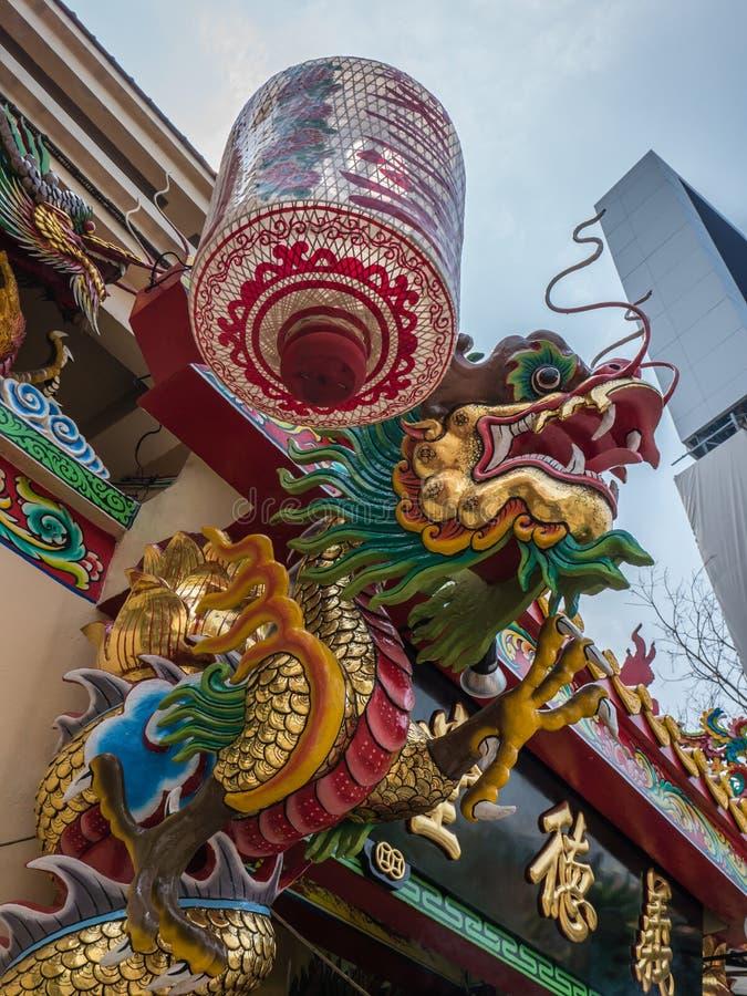 中国龙雕象和灯笼 免版税库存照片