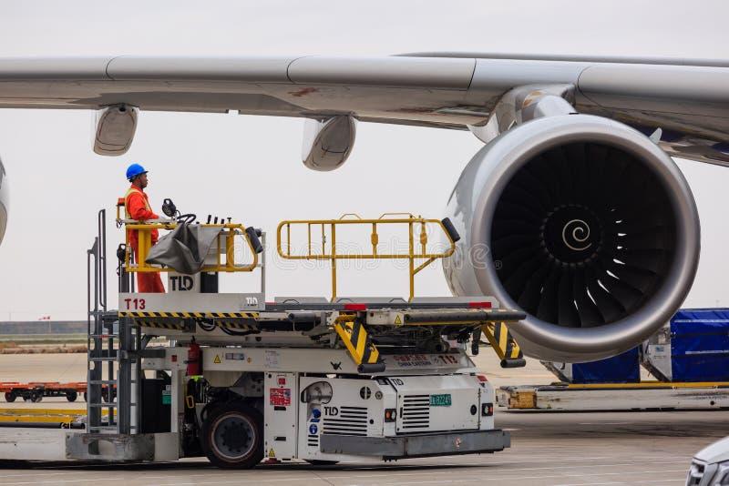 中国,上海20 2019年4月:为供应和维护停放的民航飞机在上海浦东国际机场 免版税库存照片