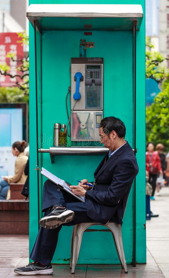 中国,上海19 2019年4月:老人在南京路工作 免版税库存照片