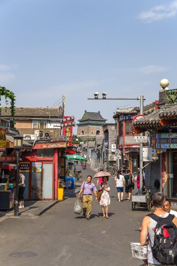 中国,北京 购物街道Yandai Xiejie 在背景中,钟楼 库存照片