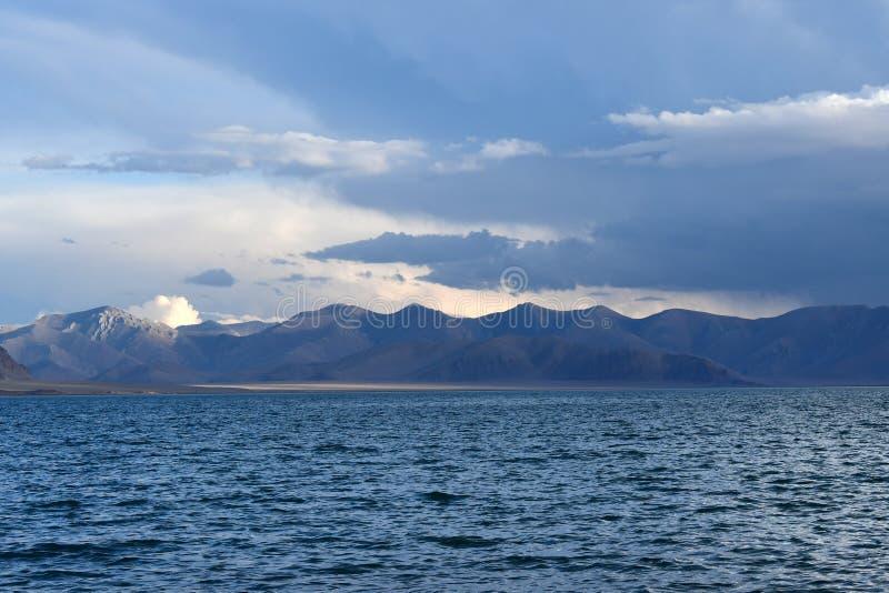 中国 西藏的大湖 湖泰瑞塔西纳木错在夏天晚上在多云天空下 免版税图库摄影