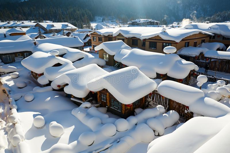 中国` s雪镇可爱的民间房子  免版税图库摄影