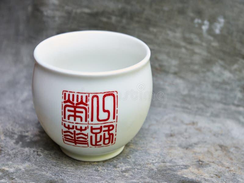 中国puer或绿茶的白色碗 免版税库存照片