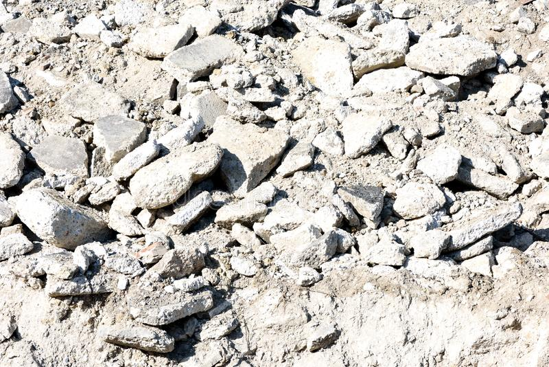 中坚分子的岩石瓦砾打破的水泥 库存图片
