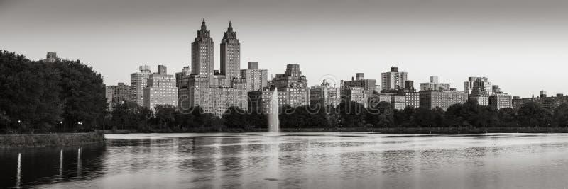 中央公园全景和杰奎琳・肯尼迪水库在黎明B&W 上部西侧,曼哈顿,纽约 库存图片