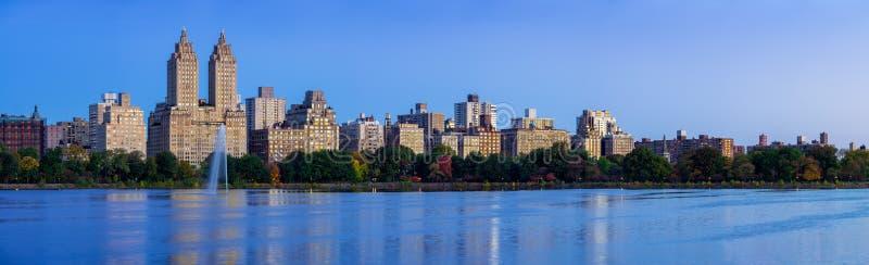 中央公园和杰奎琳・肯尼迪水库在黎明 上部西侧,曼哈顿,纽约 库存图片