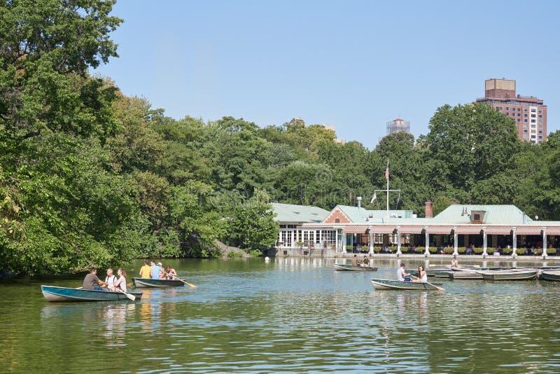 中央公园有人和小船的池塘港口在晴朗的纽约 图库摄影