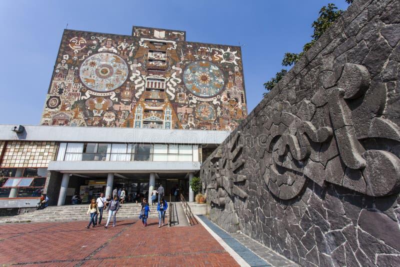 中央图书馆Biblioteca中央的门面在Ciudad Universitaria墨西哥国立自治大学大学的在墨西哥城-墨西哥 库存照片